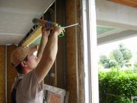 műanyag ablak poliuretán habbal való körbe dolgozása