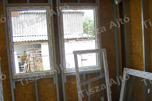 műanyag ablakra fel kell akasztani az ablakszárnyakat