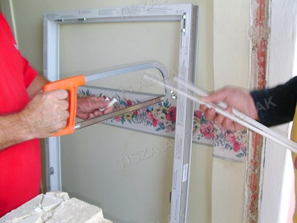 A műanyag ablak és erkélyajtó sorolóját méretre vágjuk.