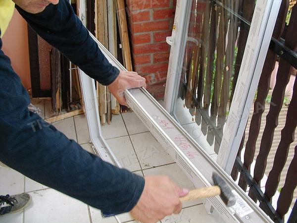 Debreceni kollegáink műanyag ablakot sorolnak