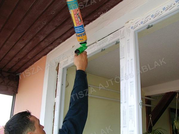 A műanyag ablak szerelési hézagát pur habbal fújjuk  ki