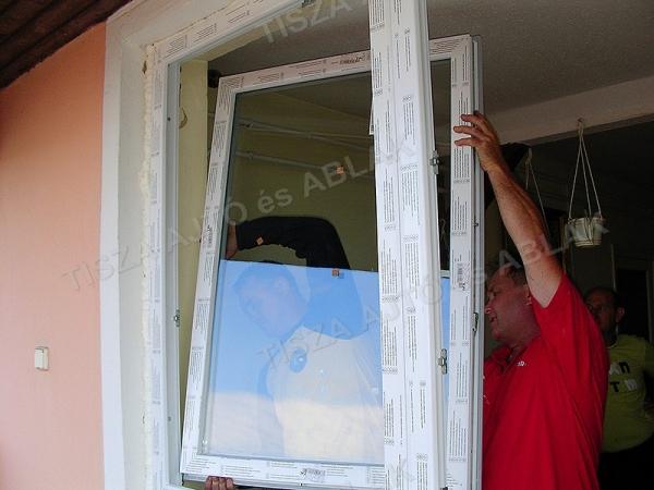 Műanyag ablak debrecen szárnyait visszaakasztjuk a tokra.