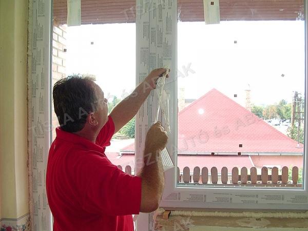 A műanyag ablakról leszedjük a védőfóliát.