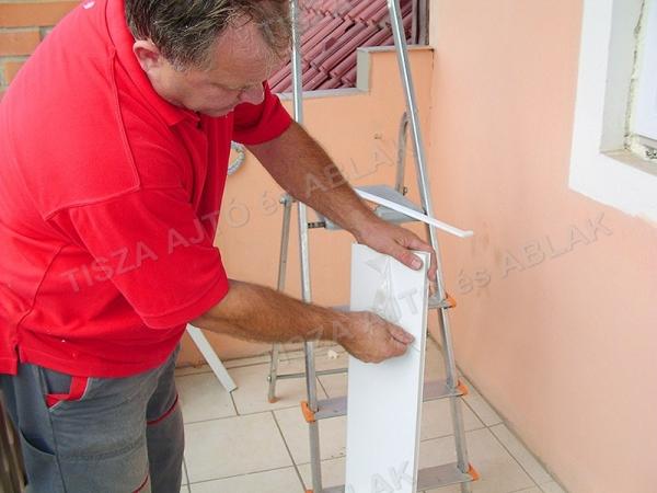 Műanyag ablak debrecen párkányáról eltávolítjuk a védőfóliát.