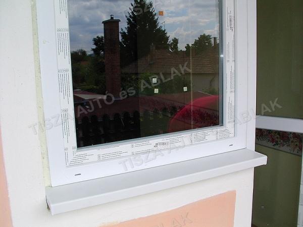 Műanyag ablak beépítés és párkányozás végére értünk.